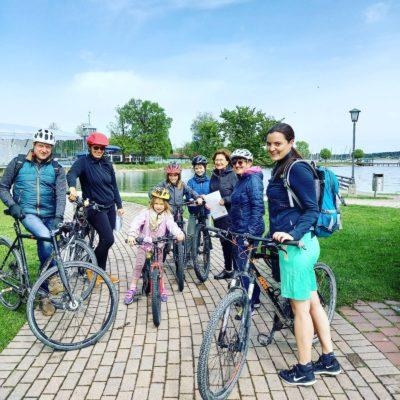 Einige Mitglieder der Priener Grünen mit ihren Rädern. Im Hintergrund der Chiemsee.